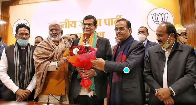 PM Modi's close ex-official Arvind Sharma's entry in BJP creates BUZZ!