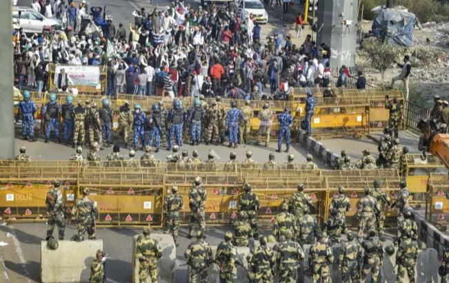 UP gov. uses force to vacate its border as protesting farmers refuse to budge