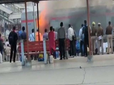 Fire breaks out on Delhi-Lucknow Shatabdi Express at Ghaziabad station