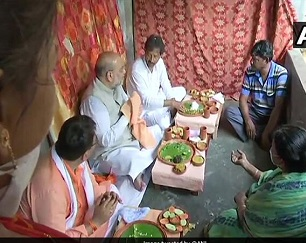 WB Assembly election: Amit Shah eats lunch at rickshaw puller's house in Domjur, holds roadshow in Singur