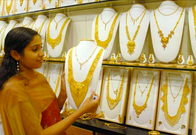 Gold price drops, experts call it a 'golden opportunity' for buyers
