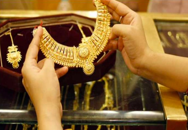 Gold price lowers today after soaring to near one-month high, silver rates drop too