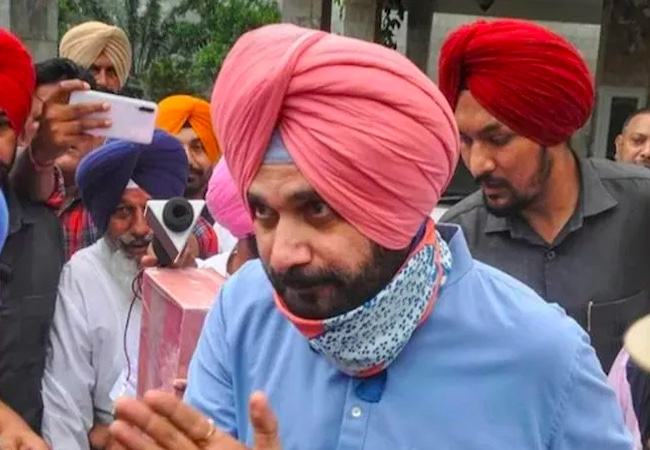 Navjot Sidhu steps down from Punjab Congress Chief post, Gandhis' in surprise